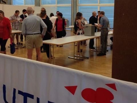 le bureau de vote a ouvert ses portes dans une atmosph re. Black Bedroom Furniture Sets. Home Design Ideas