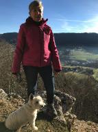 Fabienne Secchi et son chien Jack posent au lieu-dit « Le Rocher blanc » au-dessus de Loveresse. (photo: Fabienne Secchi)