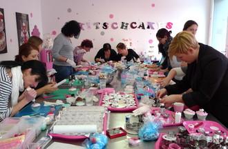 """Les participantes de l'atelier """"Décoration de cupcakes"""" en plein travail"""