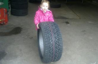 Gros pneu pour cette petite fille