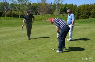 Adolf Ogi et Didier Cuche font du golf