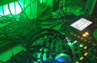 L'endroit préféré de DJ Plunk, c'est derrière les platines