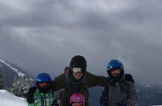 Tom 8 ans et Loan 6 ans accompagnent Anaïs 2 ans et demin pour son premier jour de ski.