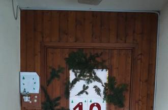 Ariane de Fornet a décoré sa fenêtre pour les fenêtres de l'avent et a offert une bonne soupe et du vin chaud aux passants