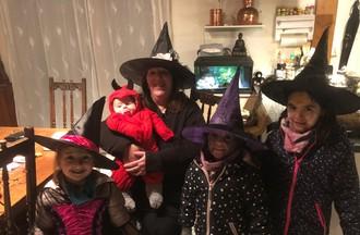Anne Marie avec ses petits enfants et les filles de sa nièces ont fêté halloween comme il se doit