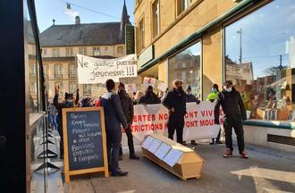 Deuxième manifestation en ville de Neuchâtel pour réclamer la réouverture des lieux publics.