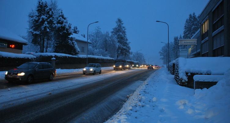 La neige sème le chaos sur les routes