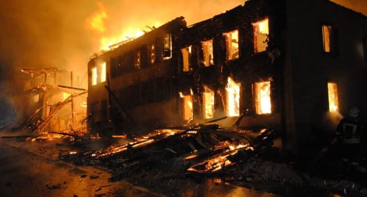 Un important incendie se déclare à Villars-sous-Mont (FR)