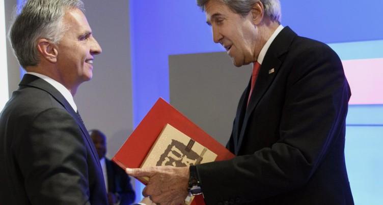 WEF 2017: Didier Burkhalter fait un cadeau à John Kerry