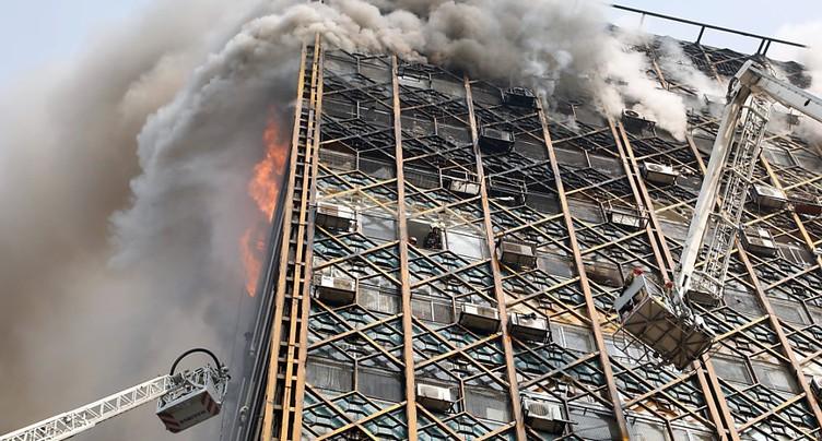 Des dizaines de pompiers sous les décombres d'un immeuble