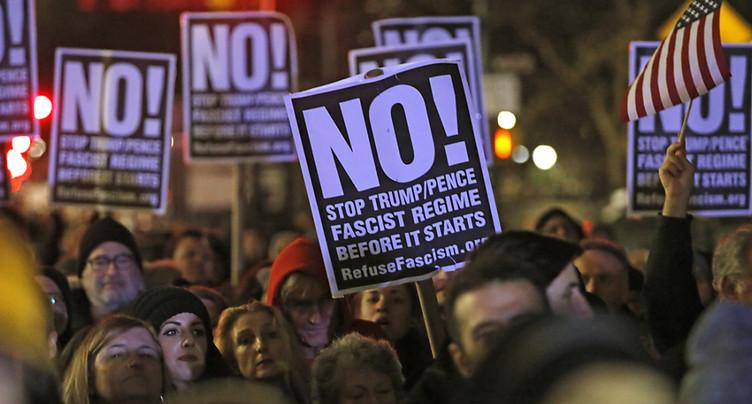 De Niro, Michael Moore et des milliers de New Yorkais contre Trump