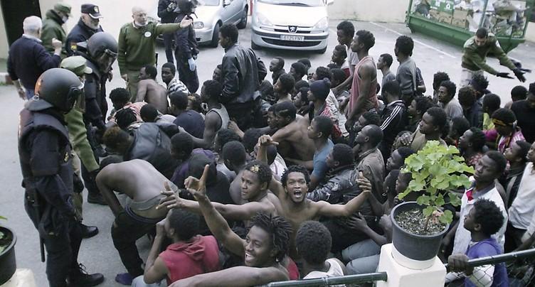 Maroc/Espagne: 300 migrants ont forcé la frontière à Ceuta