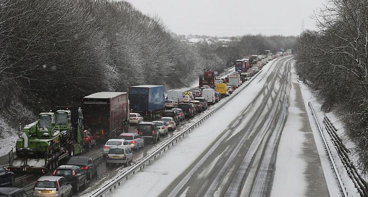 Une tempête frappe le Royaume-Uni, des vols et trains annulés