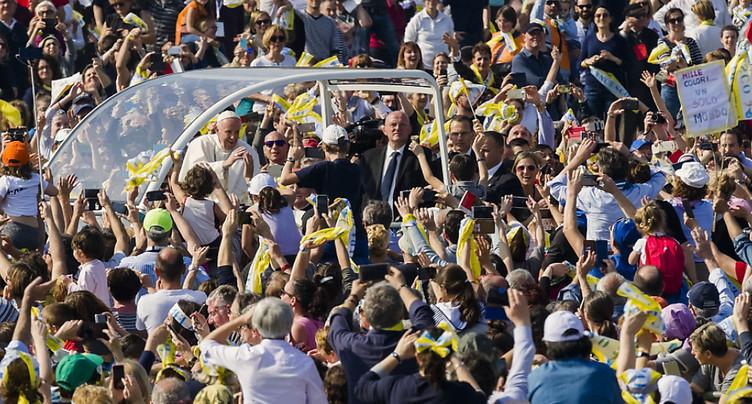 Le « pape des gens normaux » réunit une foule d'un million de personnes