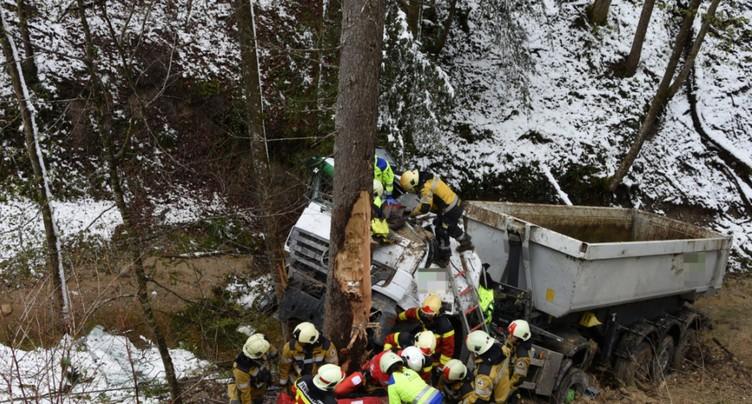 Un camion tombe dans un ravin près de Mühlrüti (SG)