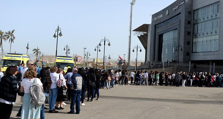 Des milliers de fidèles se rendent au stade du Caire pour la messe du pape