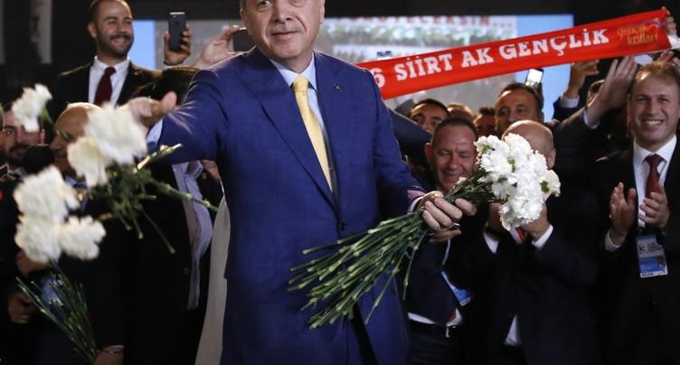 Erdogan réélu à la tête du parti au pouvoir