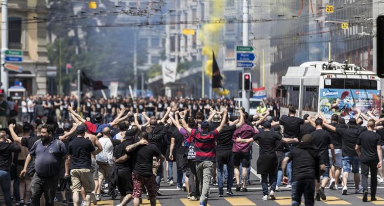 Des milliers de supporters excités en route vers le stade de Genève