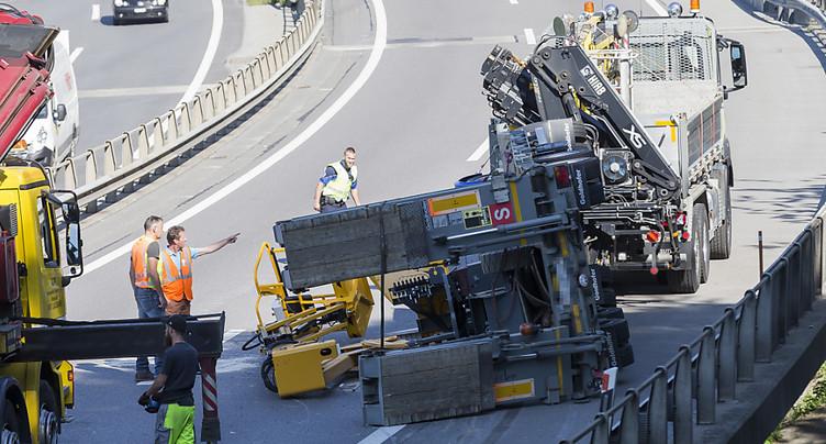 VD: un chargement de huit tonnes tombe d'une remorque sur l'A9