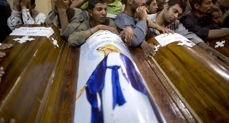 Début des funérailles des coptes, frappes de représailles en Libye