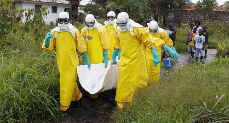 Ebola: des enterrements sûrs ont évité jusqu'à 10'000 cas