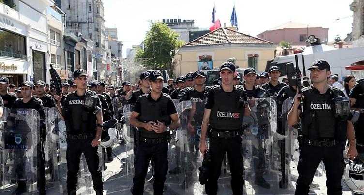 La police tire des balles en caoutchouc pour disperser la Gay Pride