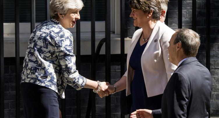 May signe un accord de gouvernement avec le DUP nord-irlandais