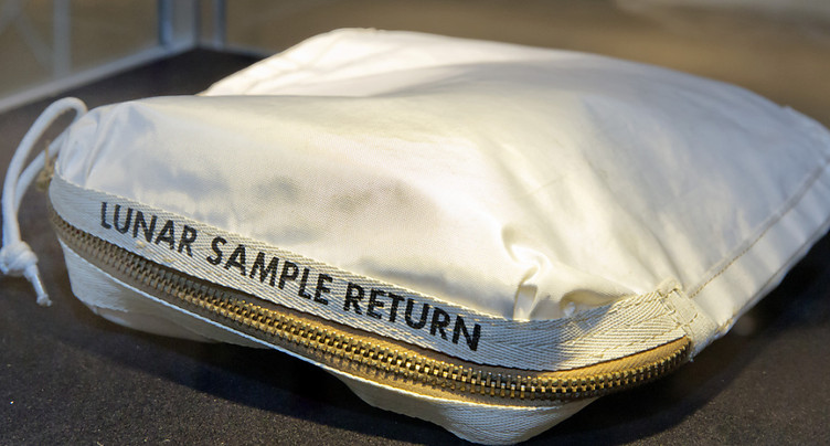 La pochette des échantillons lunaires vendue 1,8 million de dollars