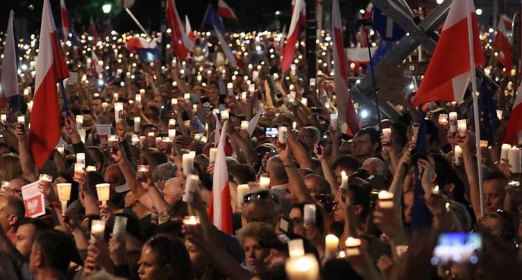 Des milliers de Polonais manifestent contre la réforme controversée