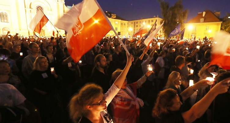 Une mer de bougies en Pologne pour défendre les tribunaux