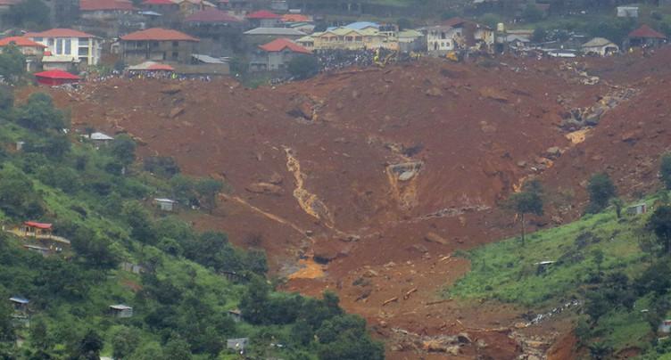 Freetown enterre ses morts après des inondations catastrophiques