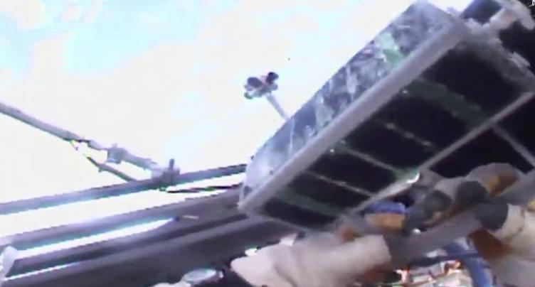 Des minisatellites lâchés à la main depuis l'ISS