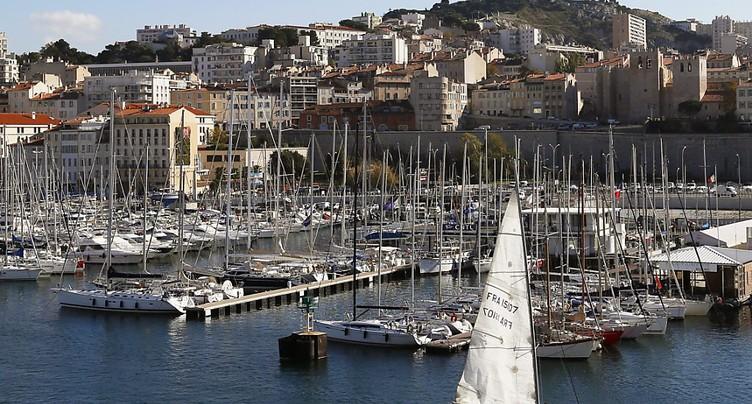 Un véhicule fonce sur deux arrêts de bus à Marseille: un mort