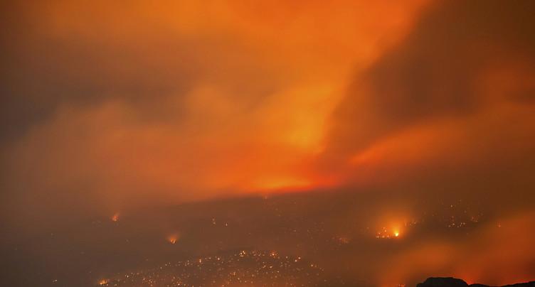 Des feux de forêt fusionnent en un brasier géant au Canada