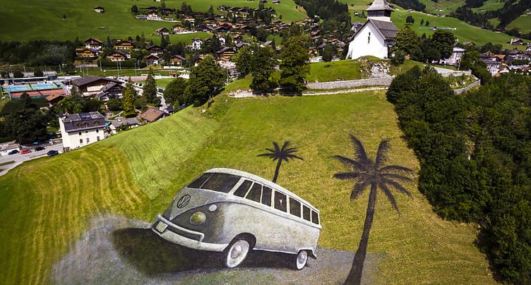Un bus VW dessiné sur une colline à Château d'Oex
