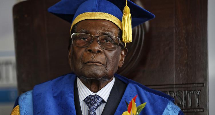 Le bras de fer entre l'armée et Robert Mugabe se poursuit