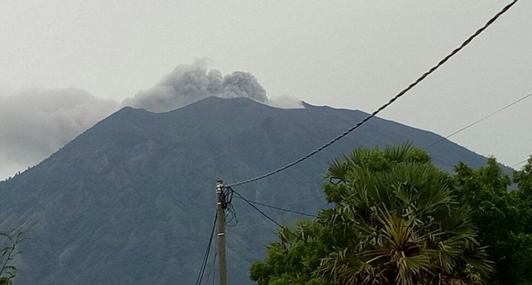 Indonésie: le mont Agung se remet à gronder