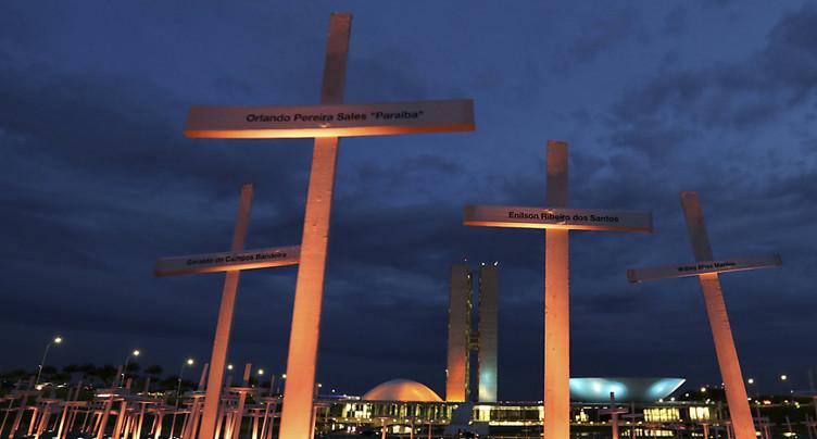 Au Brésil, Greenpeace manifeste contre l'exportation de « bois teinté de sang »