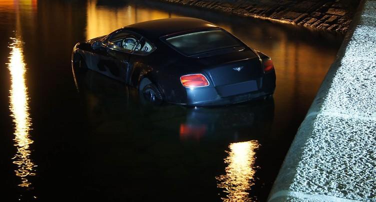 Une Bentley termine sa course dans le lac de Zoug