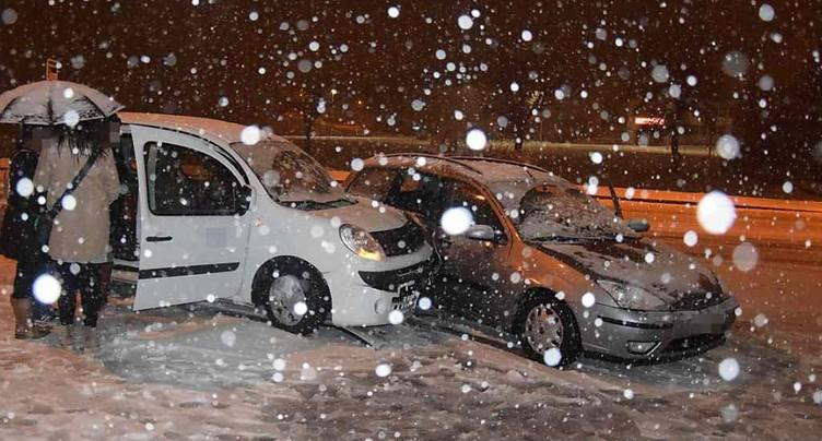 Neige et verglas causent de nombreux accidents et ralentissements