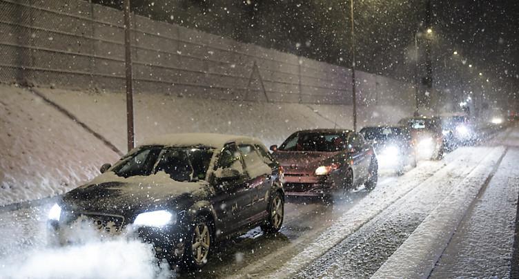 La neige provoque accidents et ralentissements