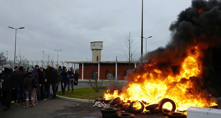 La mobilisation des gardiens de prison en France se poursuit sous tension