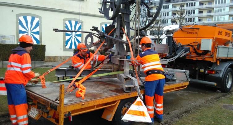 La fontaine Tinguely à Fribourg a été déplacée pour être réparée