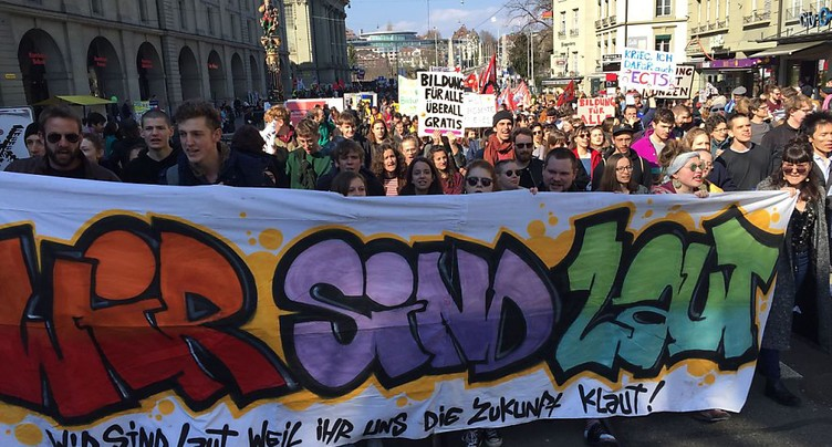 Près de 1000 personnes contre le démantèlement de l'éducation
