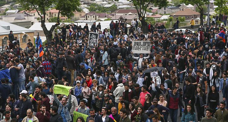 Quelque 30'000 manifestants à Erevan, plus de 200 interpellations