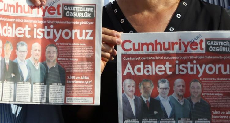 Peines de prison pour des journalistes de Cumhuriyet