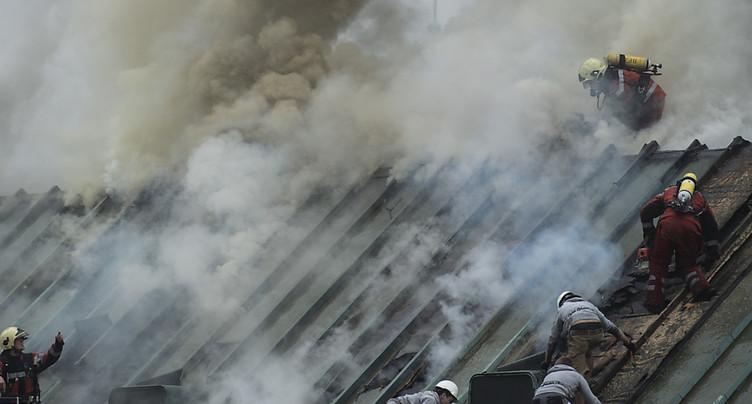 Des flammes dans les combles d'un bâtiment de l'UBS à Zurich