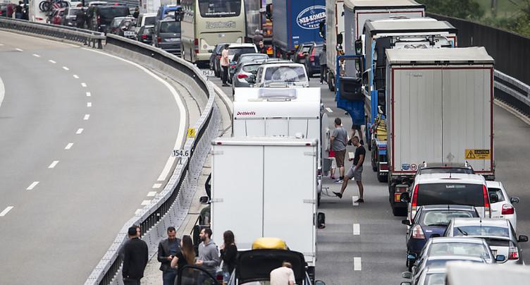 Déjà 25 km d'embouteillage au tunnel routier du Gothard