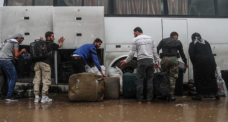 Premières évacuations de djihadistes de l'EI du sud de Damas (OSDH)