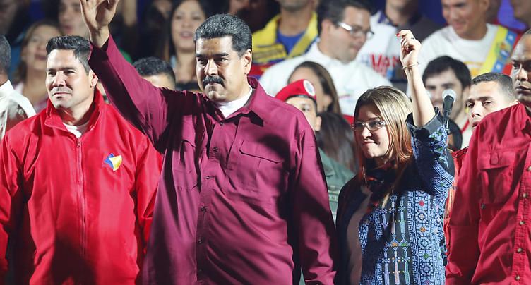 Présidentielle vénézuélienne: bureaux de vote ouverts après 18h00